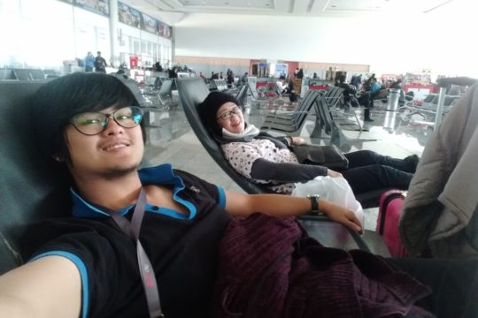 reclining seats, airport, mum and son