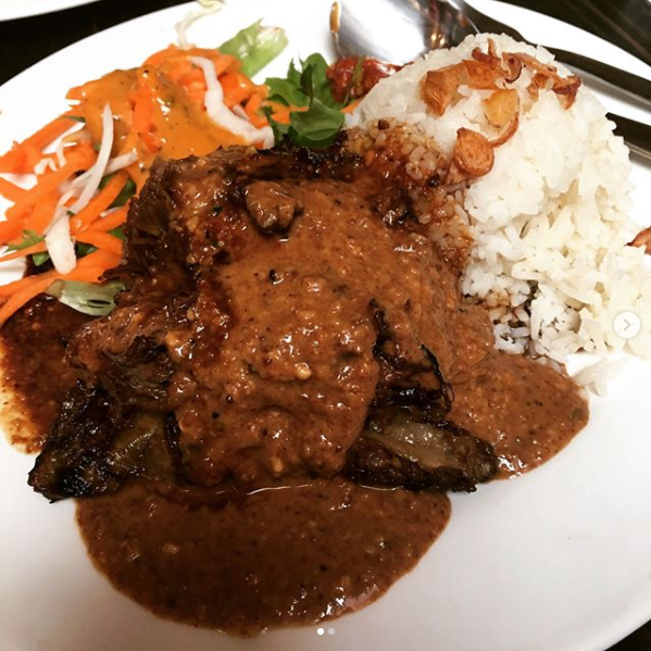 The famous grilled ribs with rice.