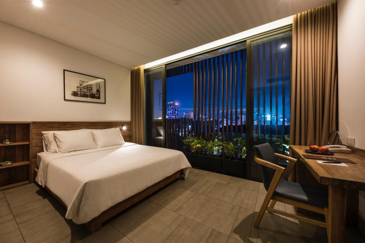 triple e hotel ho chi minh city with bed and night view