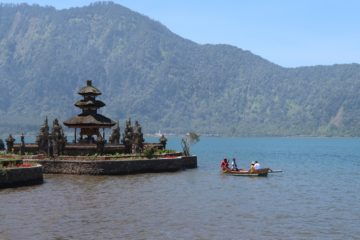 Pura Ulun Danu Bratan attraction Bali water mountain
